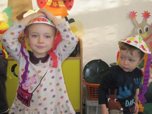 Vyrábíme kloboučky – třída Sluníčka